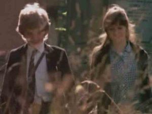墓地を歩くメロディとダニエル