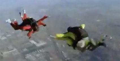 スカイダイビングをする