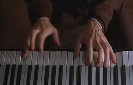 ピアノの鍵盤と手元