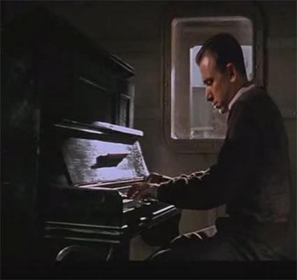 ピアノを弾く1900