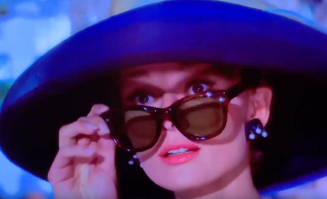 大きな帽子とサングラスがオシャレなホリー