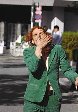 鼻を押さえる女性
