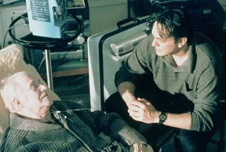 ベッドに横たわるモリー先生とそれを見守るミッチ