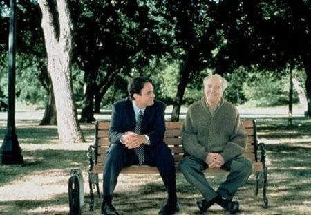 公園のベンチに座っているモリー先生とミッチ