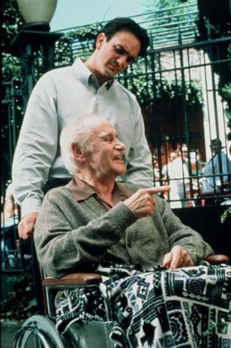 モリー先生の車椅子を押すミッチ