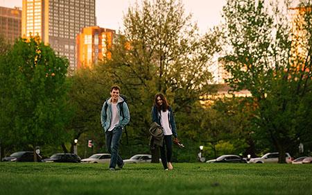 ロージーとアレックスが公園を散歩しているところ
