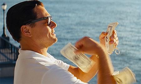 海にお金を投げるジョーダン