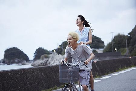 コウと夏芽が自転車に乗っているところ